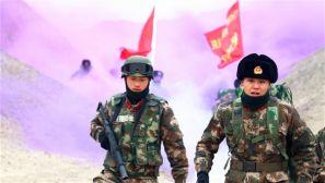 武警兵团总队:行进在戈壁滩上的迷彩身影