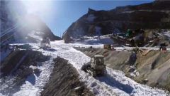 """西藏山南军分区某边防团:碾冰煮雪 紧贴悬崖送""""快递"""""""