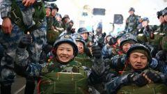 【第一军视】霹雳伞花!看新训女兵千米高空纵身一跃