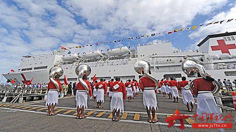 2018年8月2日,(0)在斐济苏瓦港码头,斐军军乐队奏响迎宾曲欢迎中国海军和平方舟医院船到访。