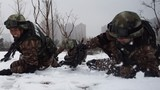 在雪地里进行战术训练。