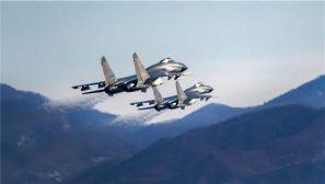 帅气!空军双机编队超低空穿越山谷