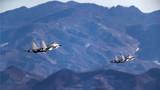 双机编队在山谷地带机动。