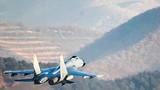 空军双机编队像鹞子一般穿过狭窄山谷。(杨盼 王猛 摄)