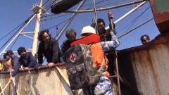 海军第31批护航编队紧急救援受伤渔民