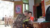 指导员王小斌送给小朋友新华字典。