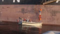 海军护航编队救治被护船舶患病船员