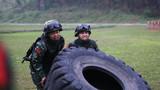 特战队员在进行极限体能训练。