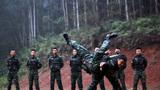 特战队员在进行摔擒训练。