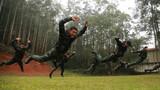 特战队员在进行擒敌倒功训练。
