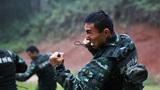 特战队员在雨中进行擒敌基础动作训练。