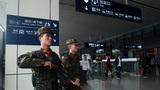 武警官兵正在火车东站出站口进行定点执勤。