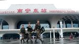 武警官兵正在南宁火车东站广场进行武装巡逻。