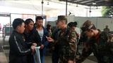 武警官兵正向群众提供帮助。