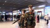 武警官兵正在南宁东站地下通道进行定点执勤。
