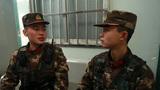 休息间隙,老兵正在给新战士传授执勤经验。