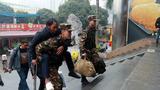武警官兵帮助受伤旅客。
