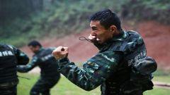 武警广西总队:特战队员雨中开展强化训练