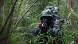 特战队员在丛林中交替掩护前进