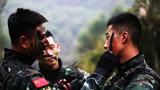 1月19日,武警广西总队机动支队组织特战队员在野外开展实战对抗演练,提高特战队员在陌生环境下的综合作战能力。