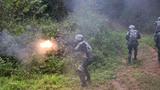 """""""蓝军""""队员对特战队员实施火力打击"""