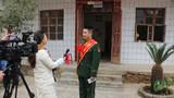 立功官兵范富如接受当地电视台采访