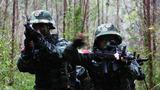 特战队员示意队友继续前进