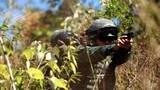 特战官兵在丛林搜索中交替掩护射击