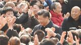 2018年2月12日,中共中央总书记、国家主席、中央军委主席习近平在四川省成都市郫都区战旗村考察时同村民们亲切交流。新华社记者 张铎 摄