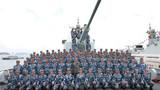 2018年4月12日,中央军委在南海海域隆重举行海上阅兵,展示人民海军崭新面貌,激发强国强军坚定信念。中共中央总书记、国家主席、中央军委主席习近平检阅部队并发表重要讲话。这是习近平同长沙舰部分官兵合影。新华社记者 李刚 摄