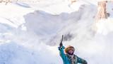 2018年1月18日,内蒙古锡林浩特市的牧民骑马驰骋在雪原上。新华社记者 连振 摄