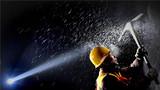 2018年1月25日,中国铁路郑州局集团有限公司洛阳工务段一支打冰队的队员在陇海线观音堂隧道内进行打冰作业。新华社记者 李安 摄