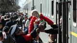 2018年2月21日春节长假最后一天,在山西运城火车站,临汾铁路公安处执勤民警帮助旅客乘车。新华社发(鲍东升 摄)