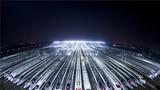 2018年2月1日凌晨,动车组列车停靠在武汉动车段的存车线上,准备进行检修和保温作业。新华社记者 肖艺九 摄