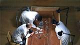 2018年1月25日,考古工作人员对海昏侯墓园五号墓的内棺进行清理工作。新华社记者 万象 摄