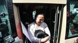 2018年4月3日,网约车司机王明清和妻子刘登英在四川成都与苦苦寻找了24年的女儿康英相见。这是康英(白衣者)和母亲刘登英相拥痛哭。新华社记者 薛玉斌 摄
