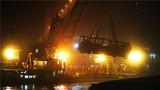 这是2018年11月1日拍摄的重庆万州坠江公交车打捞现场。10月28日,一辆公交车在重庆市万州区长江二桥坠入江中。新华社记者 王全超 摄