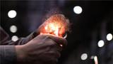 2018年11月29日,位于黑龙江省齐齐哈尔市的中车齐车集团有限公司的高级技师朱文韬在展示他的绝活——车出的钢屑还不到普通发丝的七分之一粗,可以被火轻易点燃。新华社记者 王建威 摄