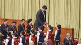 2018年12月18日,在北京举行的庆祝改革开放40周年大会上,获得改革先锋称号的姚明等接受少先队员献花。新华社记者 殷刚 摄