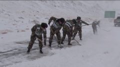 武警官兵抢通西藏阿里积雪路段