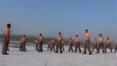 赤膊上阵 来看特战队员冰天雪地里的抗寒训练