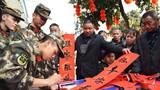 武警官兵现场为群众写春联。