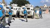 维和官兵组织防空袭演练,拉响防突袭警报。