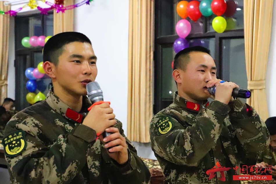 21、新兵老兵同台献技。