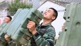 特战队员在进行推举子弹箱训练。