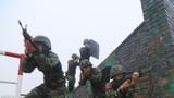 特战队员在进行战术训练 。