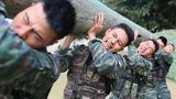 特战队员在进行扛圆木训练。