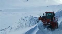 阿里暴雪来袭 武警官兵除雪保畅通
