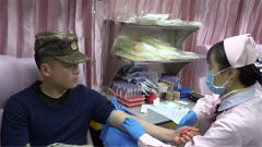 武警官兵献血救助白血病患儿
