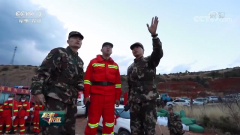 部队紧急扑救山火